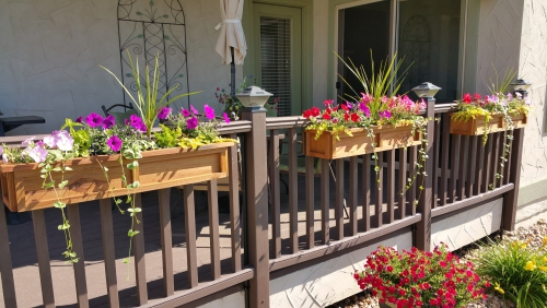 jardinière balcon terrasse sympa aux rambardes en bois