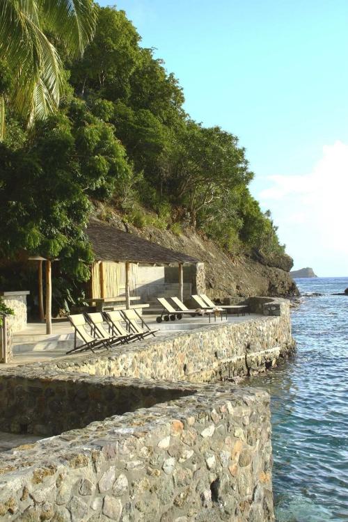 maison de plage en bambou au pied de la falaise