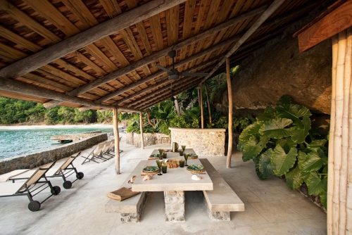 maison de plage en bambou cabane dans le rocher