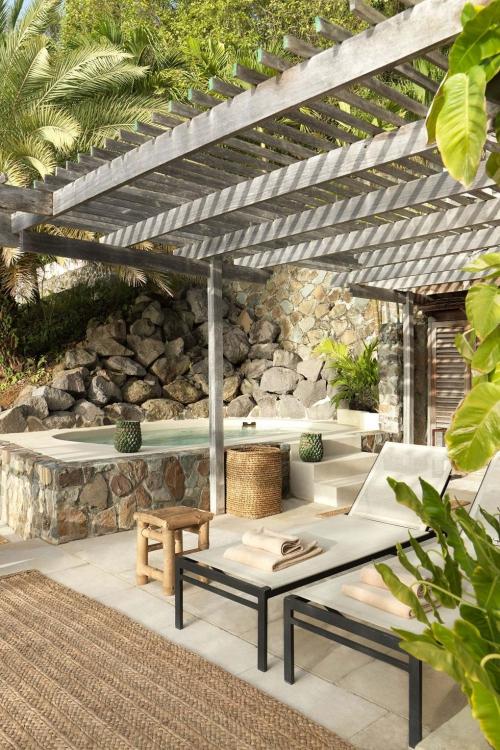 maison de plage en bambou terrasse sur la mer