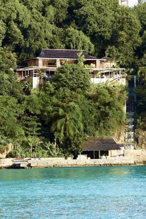 maison de plage en bambou villa perchée sur la falaise