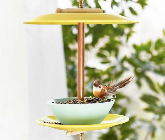 mangeoire oiseaux à partir d'assiettes
