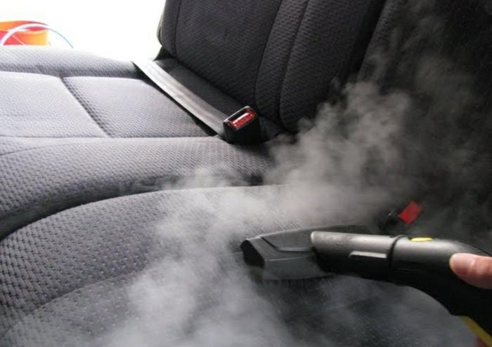 nettoyer des sièges de voiture à la vapeur