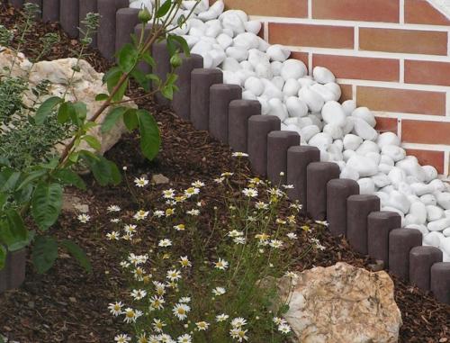 palissade jardin une rangée de petits pieux en pierre