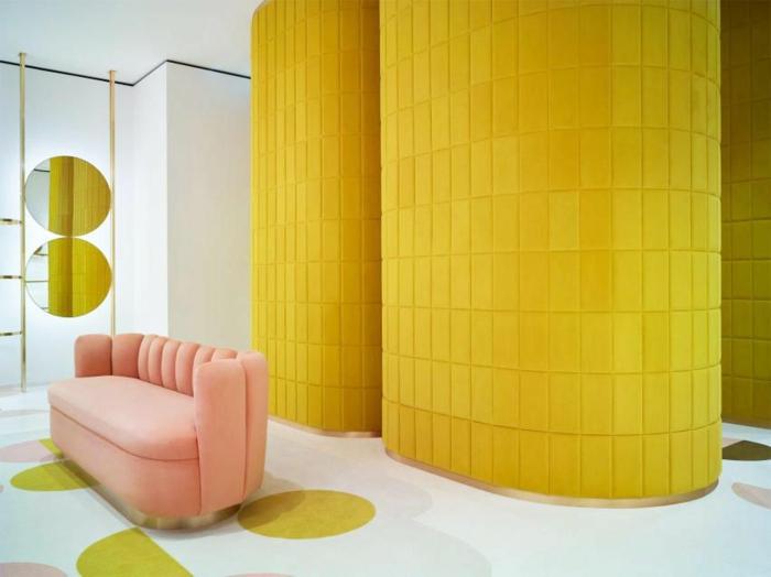 peinture murale jaune gen-z canapé rose millennial