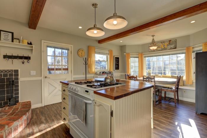 petite cuisine plafond poutre apparente bois foncé