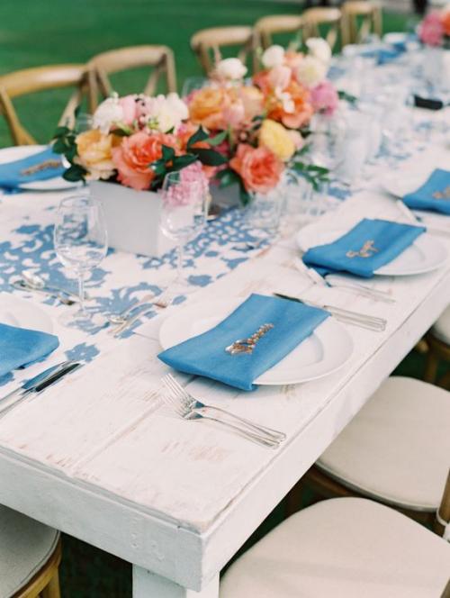 plan de table mariage chaises et table en bois