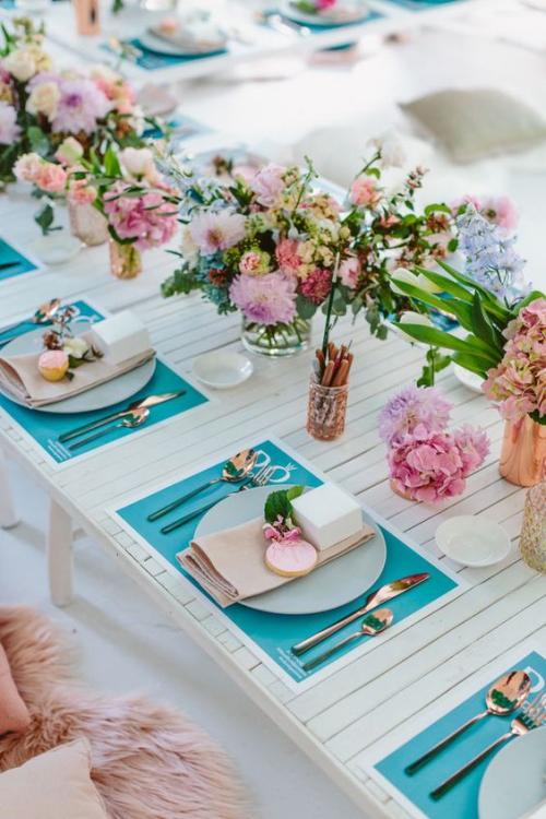 plan de table mariage fleurs multicolores sur la table