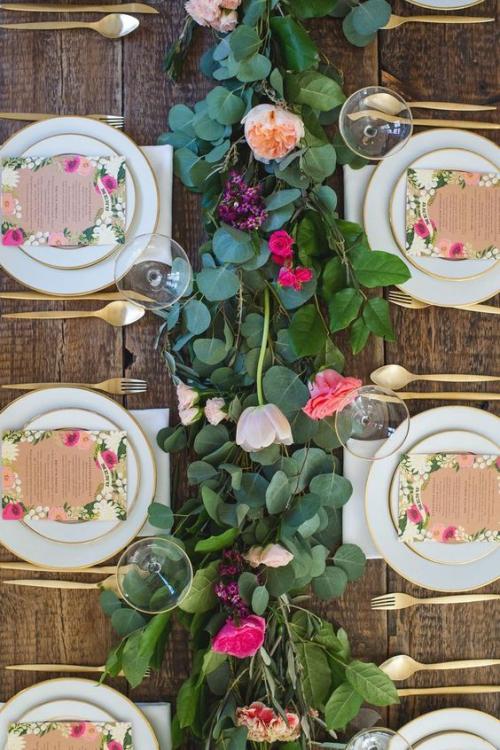 plan de table mariage guirlande de fleurs fraîches