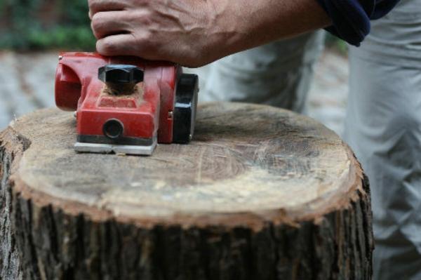 ponçage bois table basse tronc d'arbre