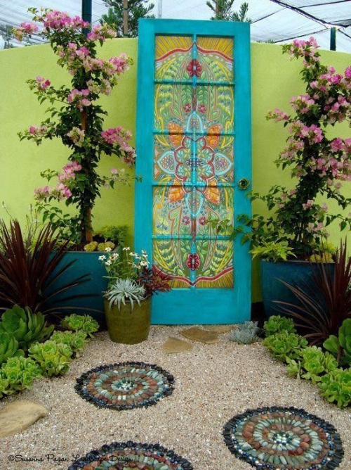 portillon jardin jolis cercles de galets sur le gravier