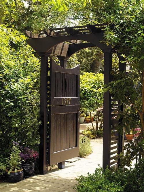 portillon jardin porte en bois avec auvent