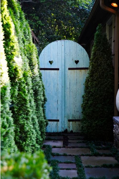 portillon jardin sentier étroit dallé