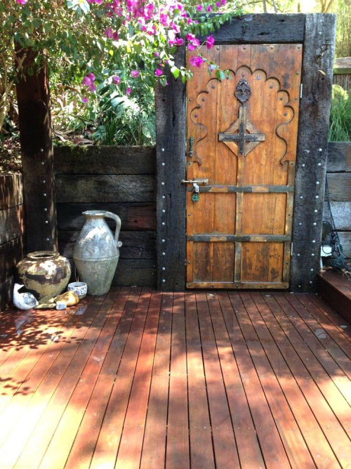 portillon jardin vieux pots à l'angle