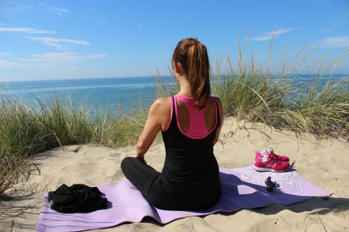 quel sport pratiquer sur le sable idée de faire du yoga