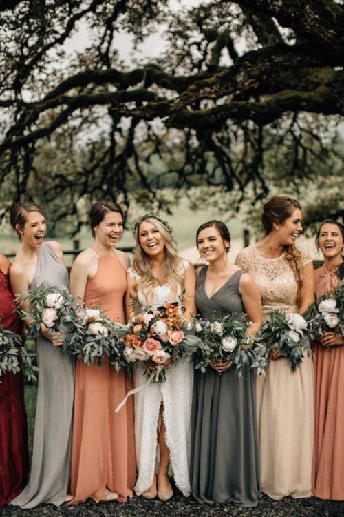 robe invitée mariage automnal bouquets de roses
