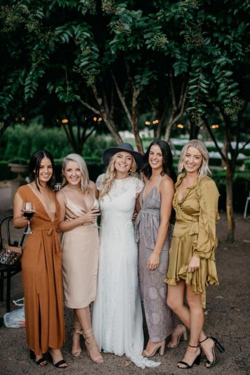 robe invitée mariage automnal dans le calme d'un jardin