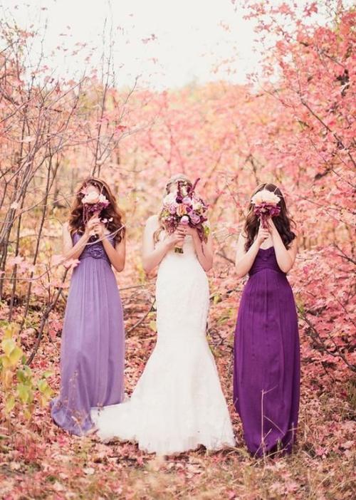 robe invitée mariage automnal mariée en blanc avec un grand bouquet