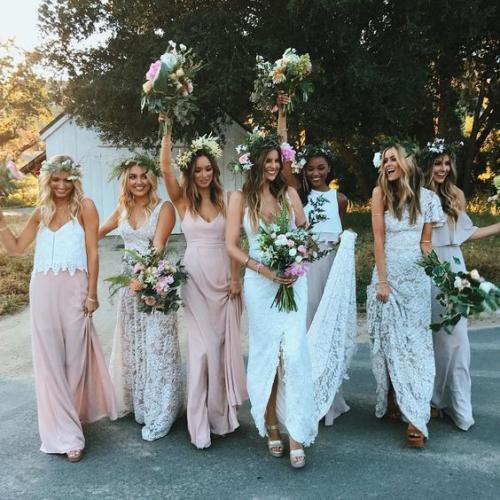 robe invitée mariage automnal toutes les filles aux couronnes de fleurs
