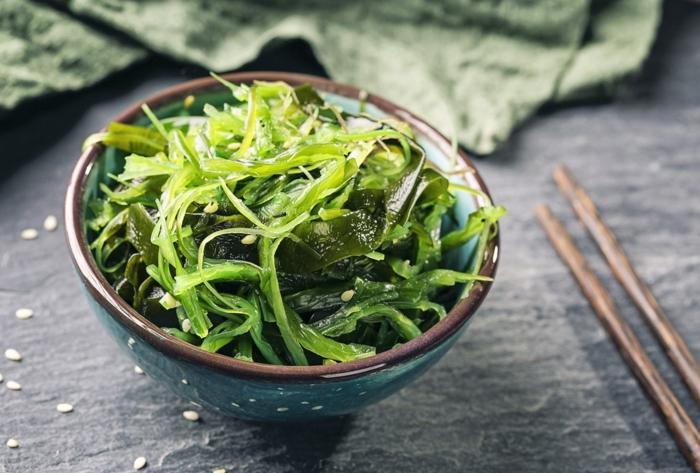 salade wakamé dans un petit bol