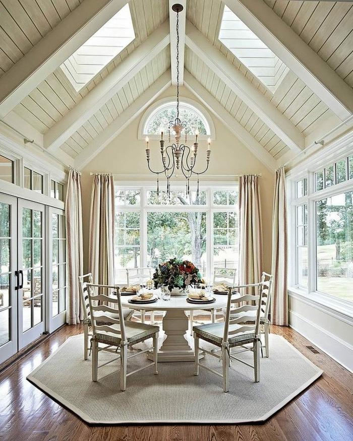 salle à manger lumineuse plafond poutre apparente