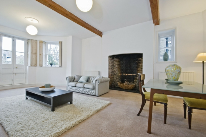 salon blanc plafond poutre apparente bois foncé