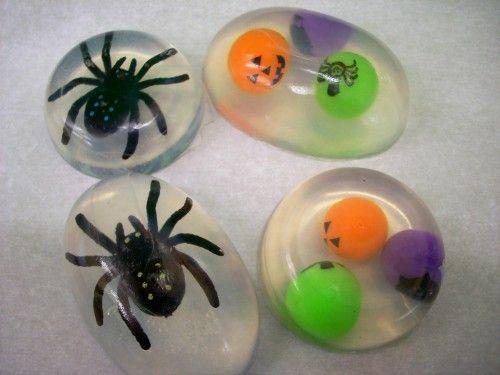 savon glycériné maison insectes en plastique