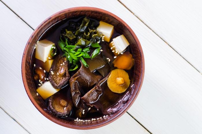 soupe miso avec des shiitakes