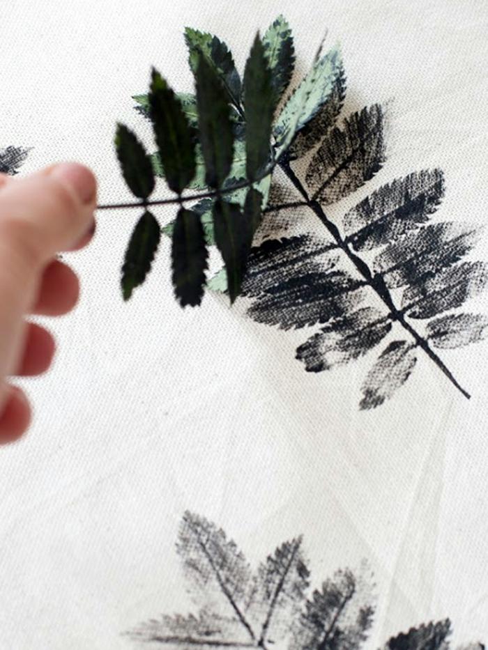 tampon encreur avec des feuilles d'arbre