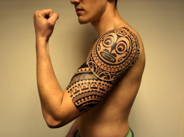 tatouage maorie biceps et épaule homme