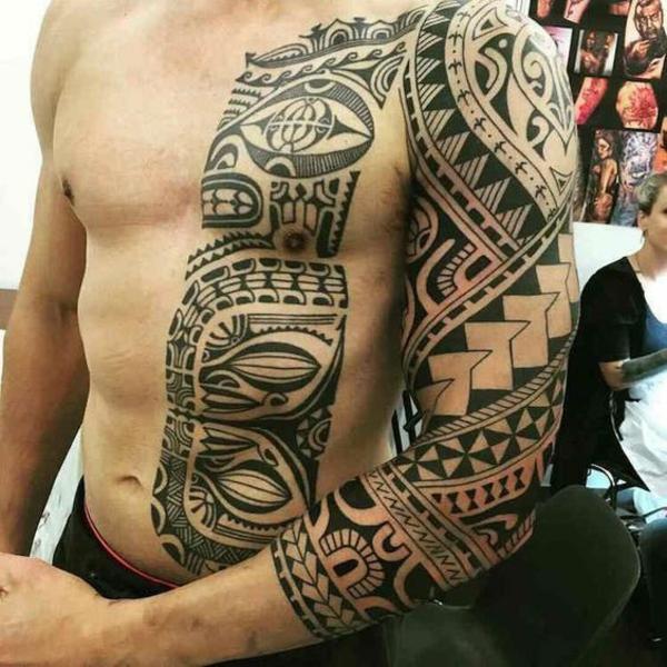 tatouage maorie homme bras épaule et demi-poitrine