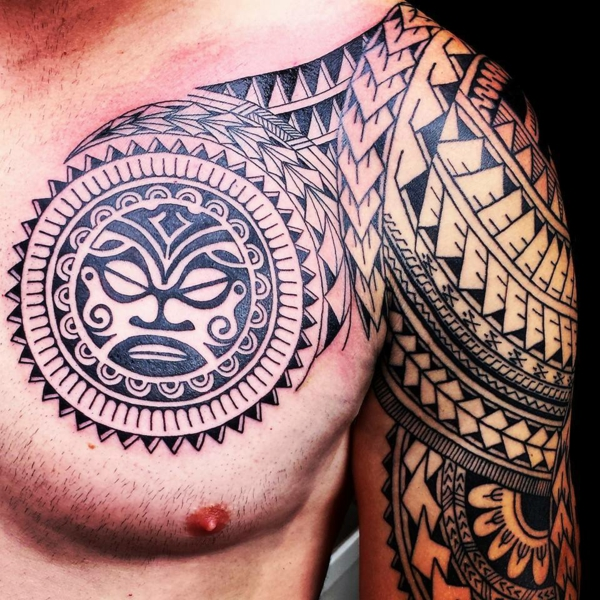 tatouage maorie polynésien bras et demi-poitrine homme