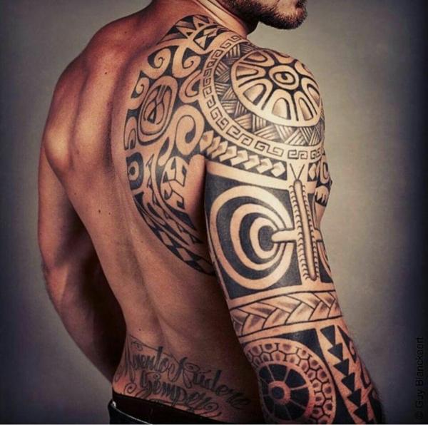 tatouage maorie sur le bras er le dos homme