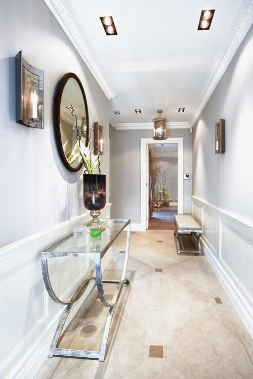 éclairage couloir murs et sol en couleurs claires