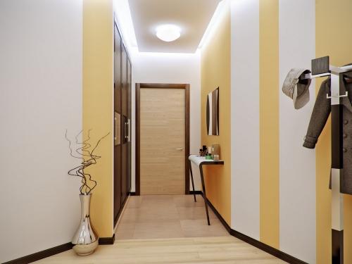 éclairage couloir peint en blanc, ocre et brun