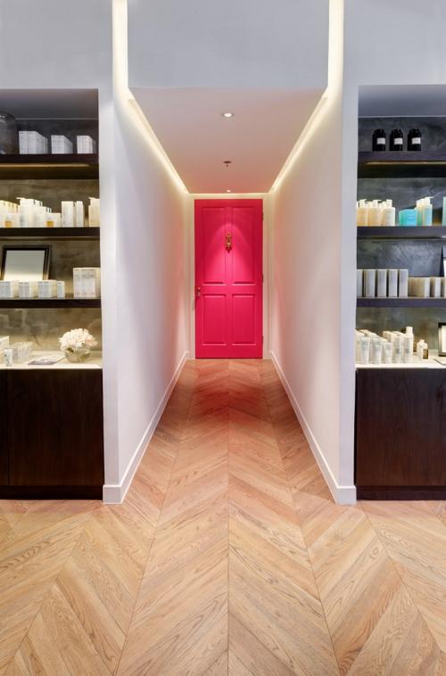 éclairage couloir porte en rose au fond