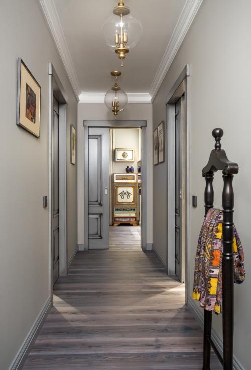 éclairage couloir un corridor en gris clair