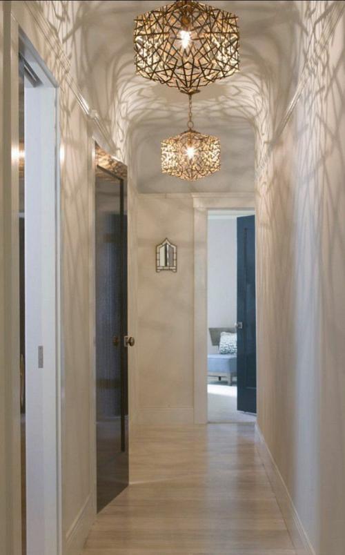 éclairage couloir un corridor long