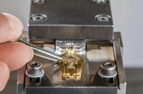 Intégrer le doré une plume en or