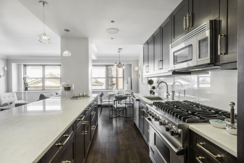 aménager une cuisine longue grande cuisinière et évier