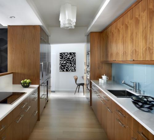 aménager une cuisine longue meubles en bois de noyer