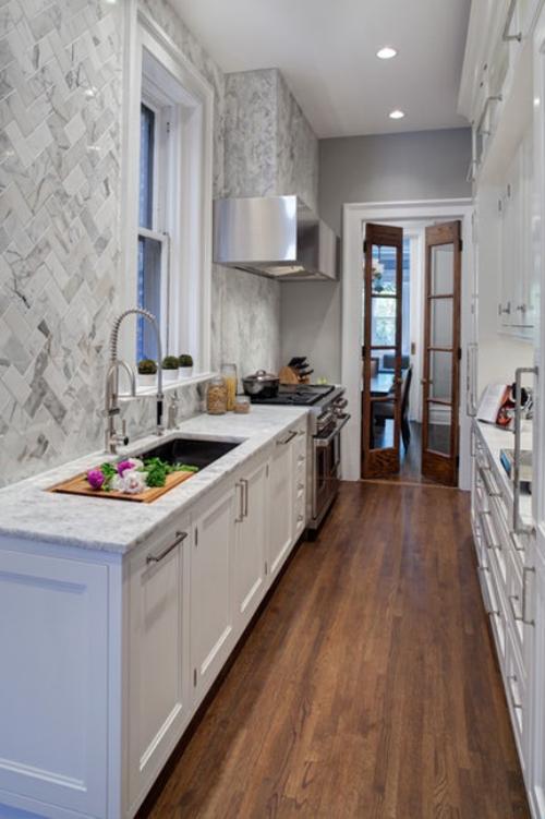 aménager une cuisine longue mur gauche à carreaux