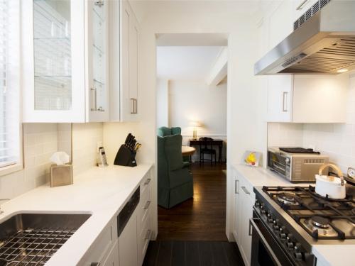 aménager une cuisine longue passage de circulation très étroit