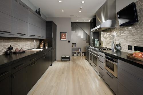 aménager une cuisine longue sol stratifié