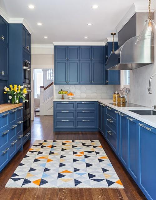 aménager une cuisine longue tapis graphique sur le plancher