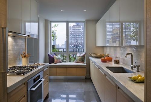aménager une cuisine longue une fenêtre pour la lumière