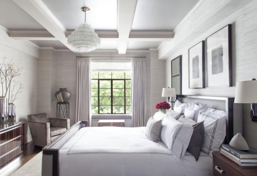chambre bleu gris beaucoup de coussins sur le lit