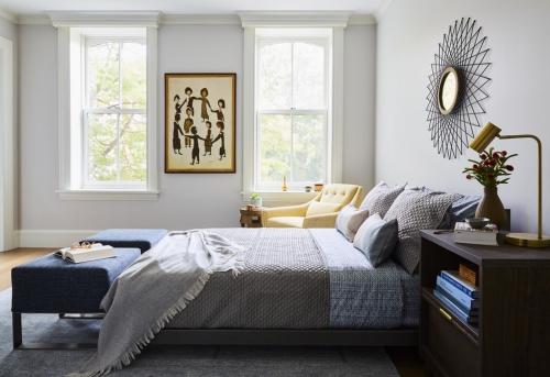chambre bleu gris miroir soleil au-dessus du lit