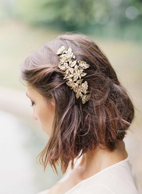 coiffure mariage cheveux courts belle décoration à gauche