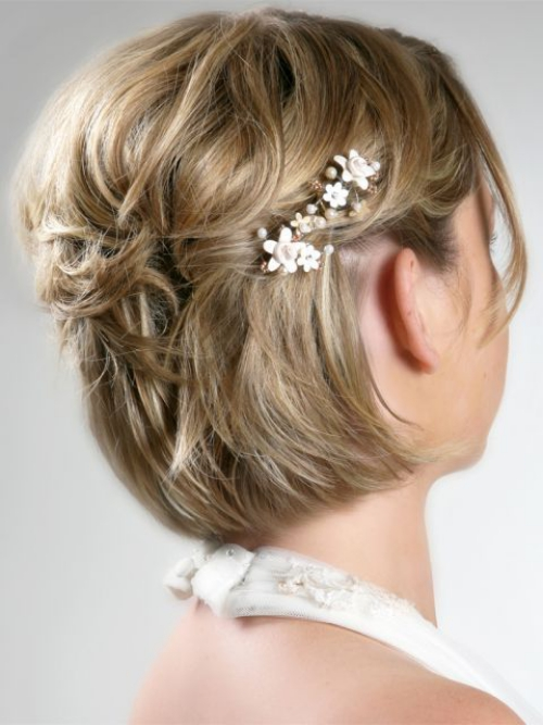 coiffure mariage cheveux courts broche derrière l'oreille